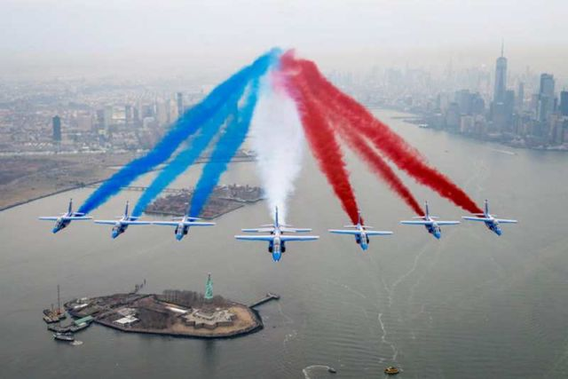Patrouille de France flying over New York City