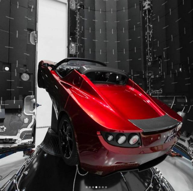 SpaceX is planing to send a Tesla Roadster to Mars (2)