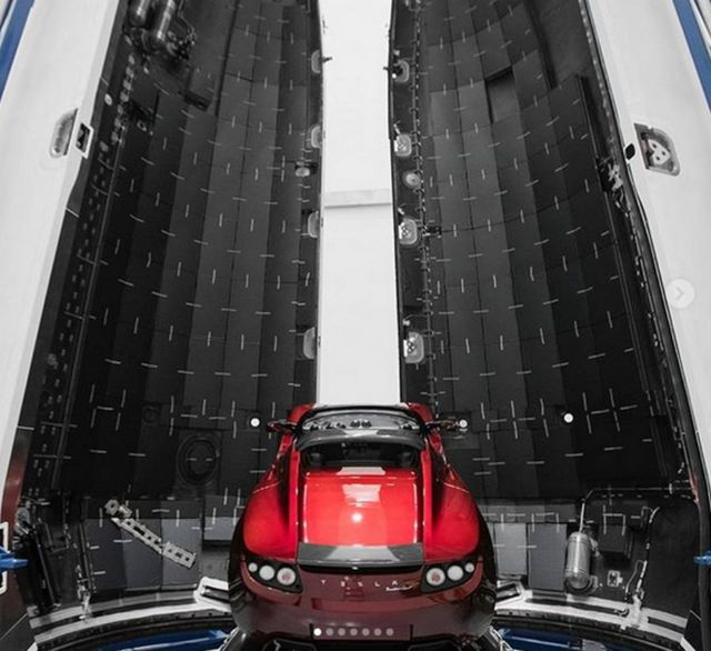 SpaceX is planing to send a Tesla Roadster to Mars (1)