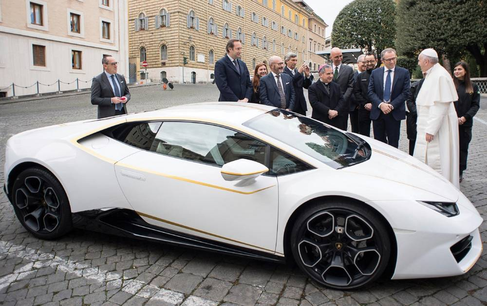 Pope Francis' Lamborghini Huracan for charity (6)