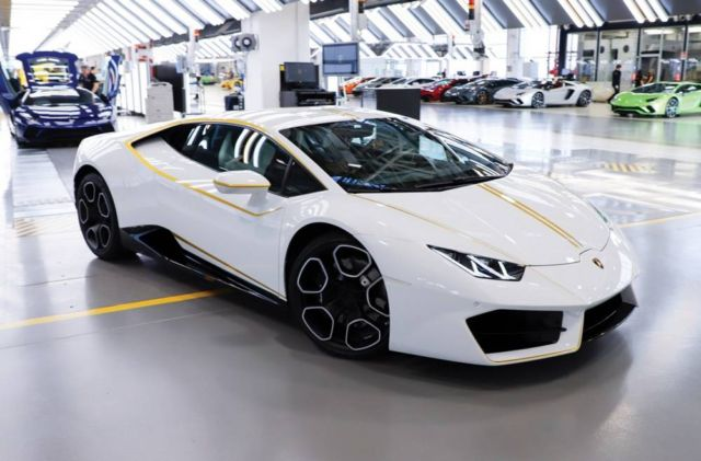 Pope Francis' Lamborghini Huracan for charity (2)