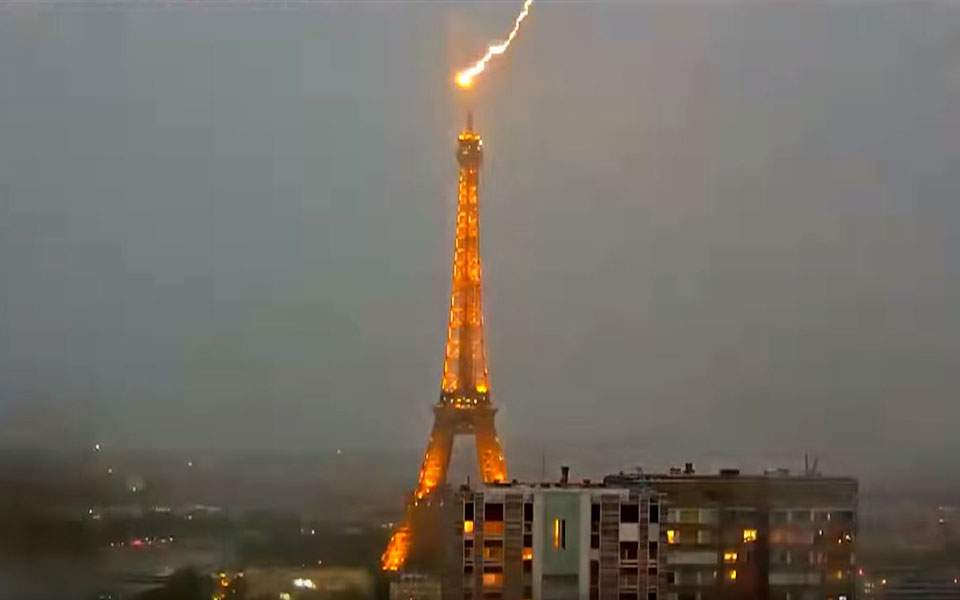 The moment Lightning strikes Eiffel Tower