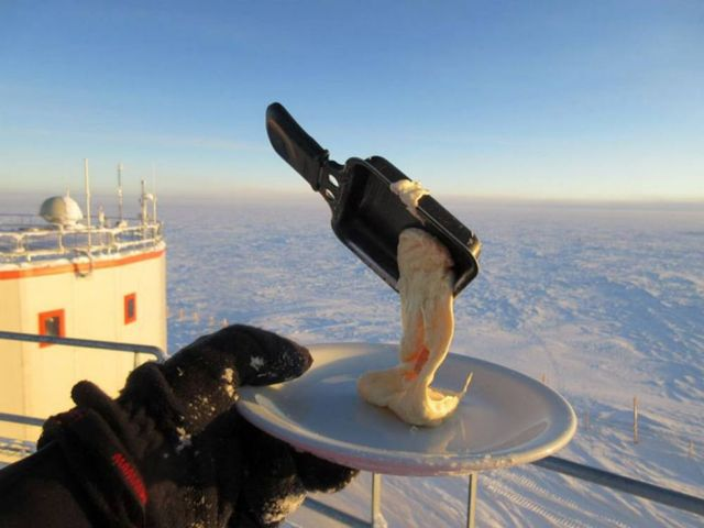 Trying to Eat outside in Antarctica at -70ºC (3)