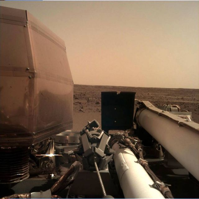 First Photo from NASA InSight lander on Mars (4)