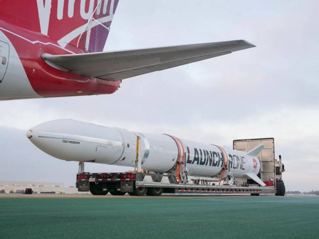 Virgin Orbit's LauncherOne meets Cosmic Girl 747 (4)