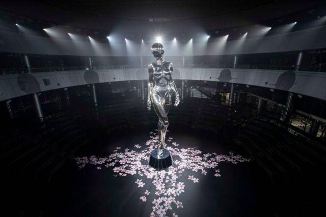 Hajime Sorayama's giant robot for Dior (3)