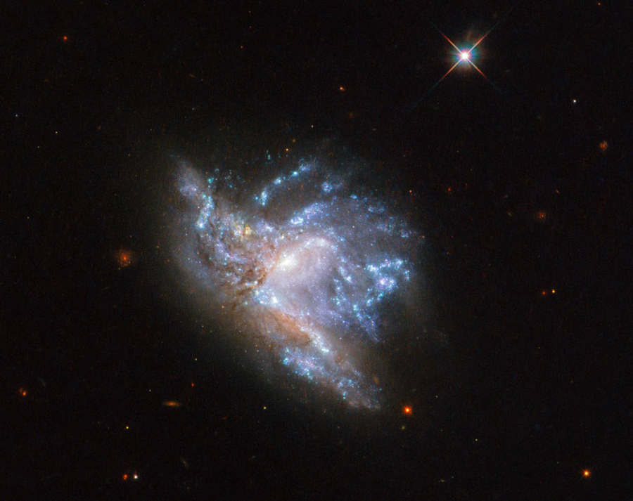 Hubble's stunning details of 2 Colliding Galaxies