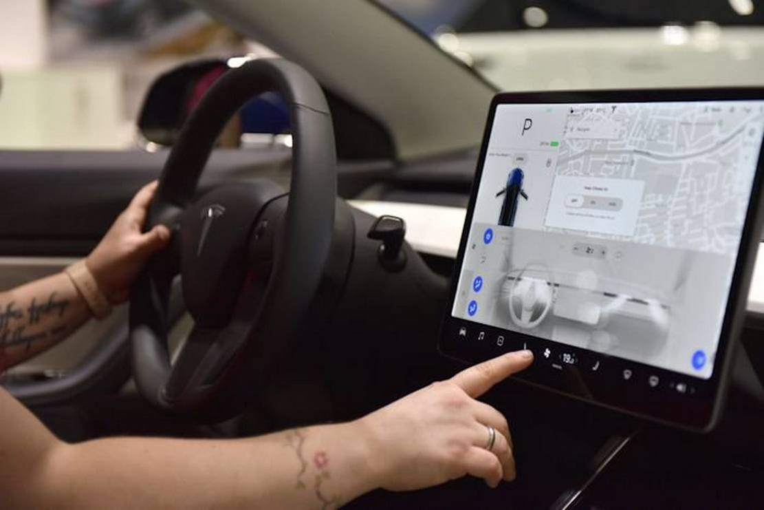 Tesla to enable in-car Netflix and YouTube streaming
