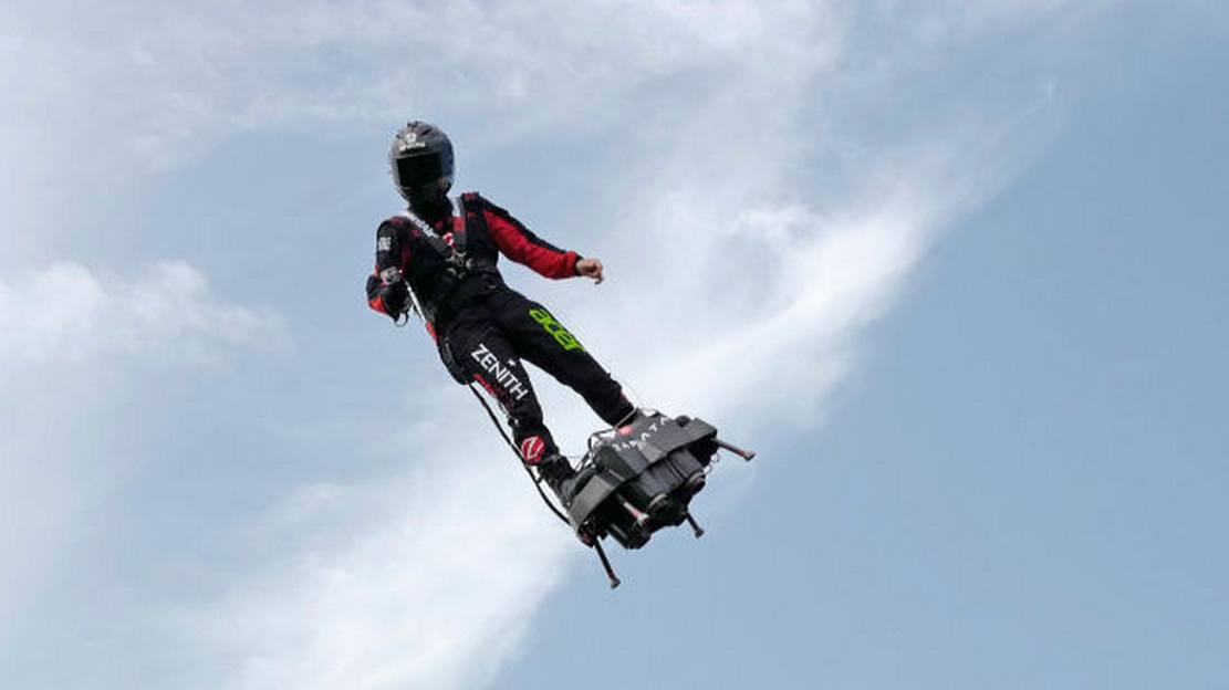 Francky Zapata crossed the English Channel on Flyboard