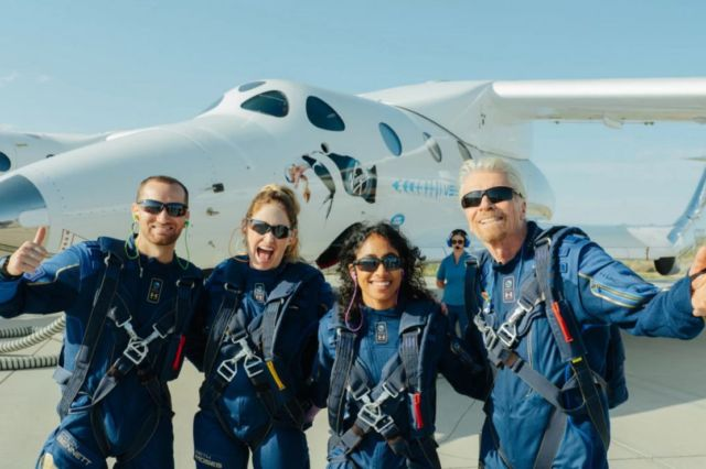 Richard Branson successfully reach the 'Edge of Space' (2)